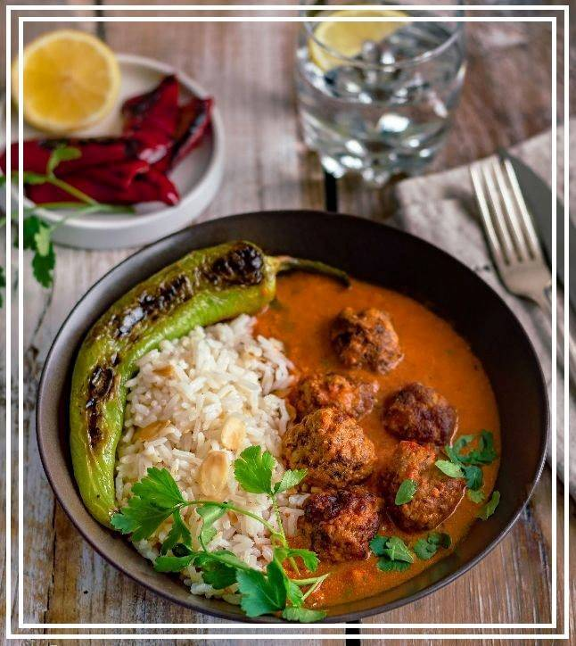 Meatballs with Indian curry sauce and rice with almonds
